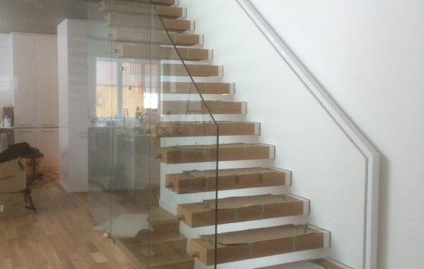 Escalier avec rampe de verre